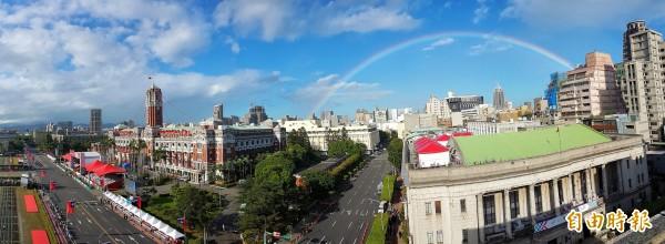 一早總統府周邊出現一道彩虹。(記者張嘉明攝)
