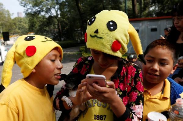 手機遊戲「Pokemon Go」正當紅,不少團體想要利用Pokemon GO周邊商品來吸引人氣,智財局特別教你4大秘訣,只要遵守這些秘訣,就不會有侵權的麻煩!(路透)