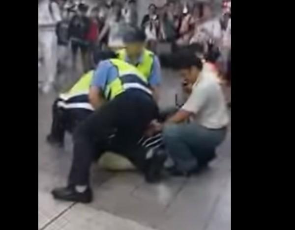 男子大鬧北車,遭警方壓制。(翻攝自爆料公社)
