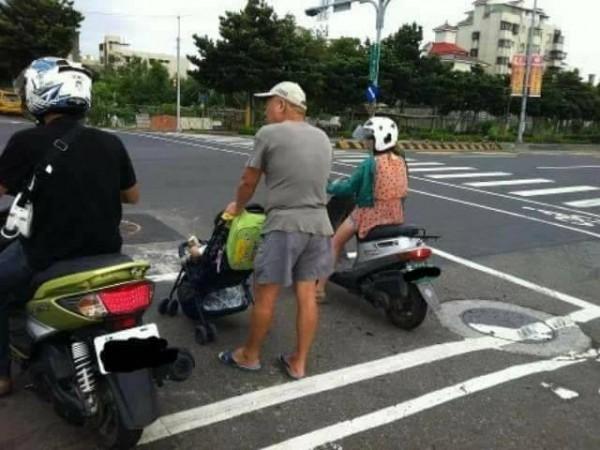 有網友捕獲一名阿伯推著嬰兒車與機車騎士一起待轉的畫面,健忘卻可愛的行徑讓不少網友被逗樂。(圖擷自爆料公社)