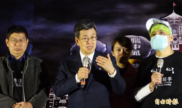 1226全台反空污抗暖化救健康大遊行,民進黨副總統候選人陳建仁(左)到場說明民進黨立場。(記者劉信德攝)