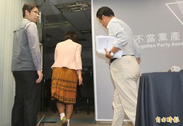 顧立雄(右1)表示,行政院體恤他的人身安全,的確幫他聘了隨扈(左1),但是從什麼時候開始有點不太記得。(記者廖振輝攝)