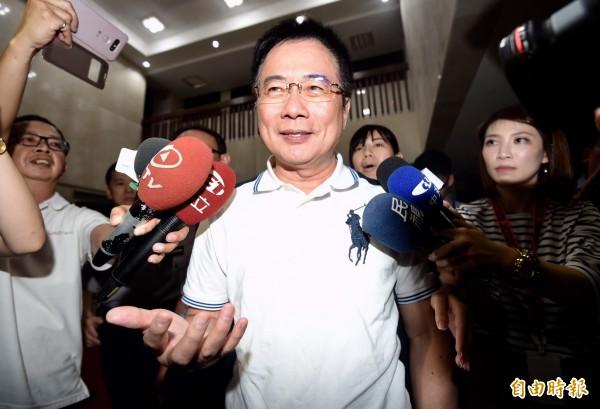 今晚8點多,蔡正元被移送北檢複訊,面對記者追問,蔡正元面露微笑地表示,完全公開坦蕩,沒有什麼隱藏的事情。(記者簡榮豐攝)