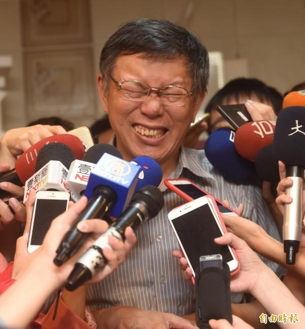 台北市長柯文哲13日前往北投,探訪歐陽奶奶居家修繕成果,檢視居家環境,會後接受媒體訪問。(記者簡榮豐攝)