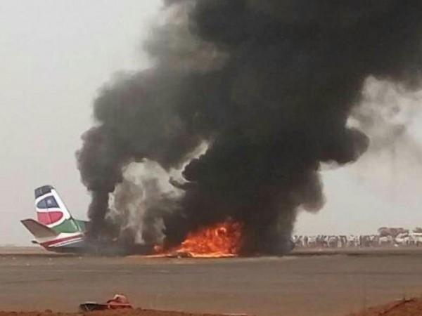 南蘇丹第二大城市瓦烏(Wau)當地時間20日下午,一架班機降落時意外墜毀機場,幸運的是,傳出機上44人全數生還。(圖取自英國《獨立報》)