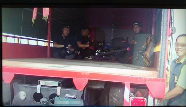 3名馬來西亞學生騎車誤闖國道,簡姓貨車司機讓他們連人帶車坐在車斗內護送解危機。(記者湯世名翻攝)