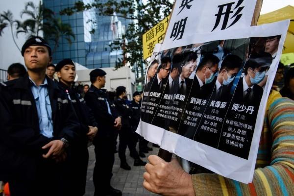 2014年香港佔領中環公民運動期間,曾有7名警察涉及圍毆民眾,後被以「襲撃造成他人身體傷害」遭判刑。(法新社)