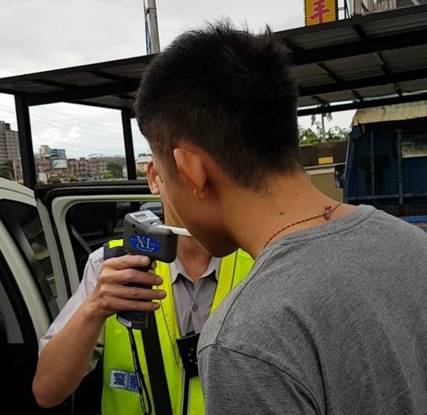 蘇姓男子被警方攔檢,連續多次酒測就是不吐氣。圖為酒測場景,非當事人。(資料照,記者張瑞楨翻攝)