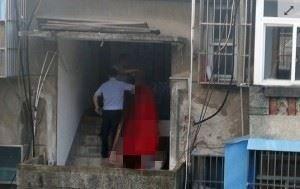 女子因失眠在窗戶旁發呆時,看見對面樓梯站有一名男子,以為是在樓梯運動,殊不知盯看半小時才驚覺男子上吊身亡。(圖取自《中華網》)