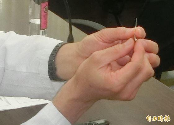 小小一根魚刺,如果誤吞,恐引發大麻煩。(記者詹士弘攝)