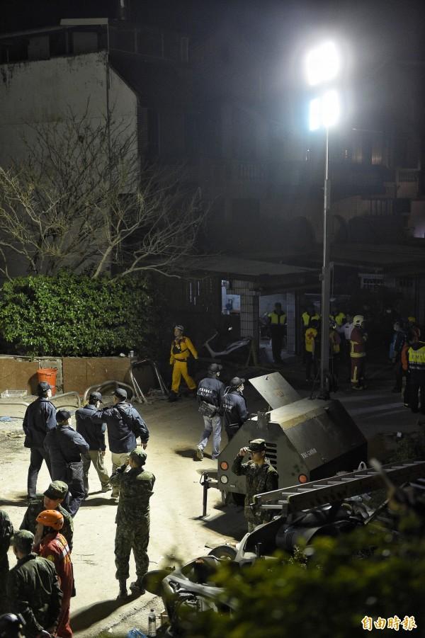 花蓮雲門翠堤大樓,9日晚間仍持續進行搜救。(記者陳志曲攝)