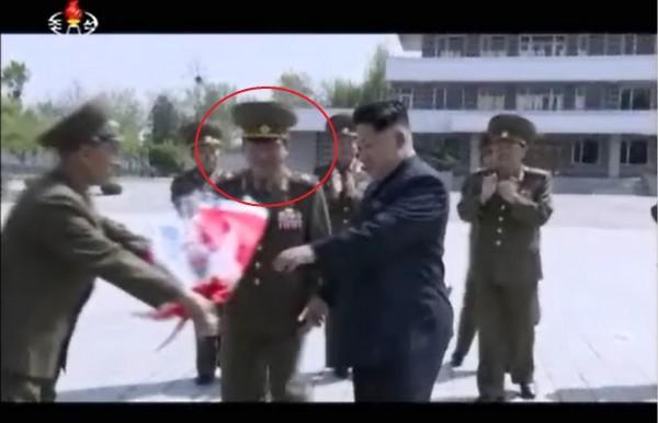 軍方人員獻花時,黃炳誓發現自己不小心跑到金正恩前面。(圖擷取《韓聯社》)