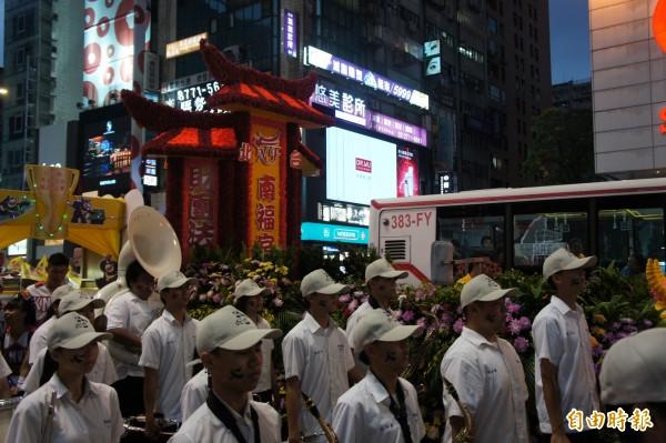 網友質疑,遊行隊伍怎麼搞得很像要出殯,甚至有人酸說「中華民國美學不意外」等。(記者黃建豪攝)