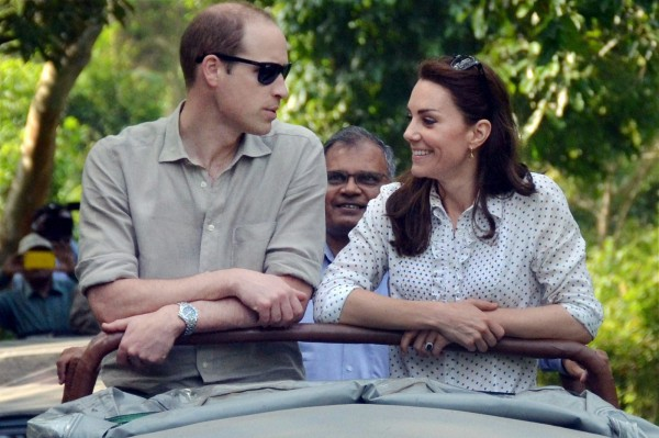 威廉王子與凱特王妃搭乘吉普車前往卡濟蘭加國家公園。(路透)