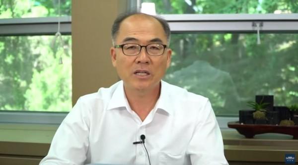 南韓青瓦台今(10)日透過社群平台直播表示,最新民調結果顯示,有將近4成的國民贊成立法禁吃狗肉,青瓦台將會考慮修改相關規定以回應民意。(圖擷取自YouTube)