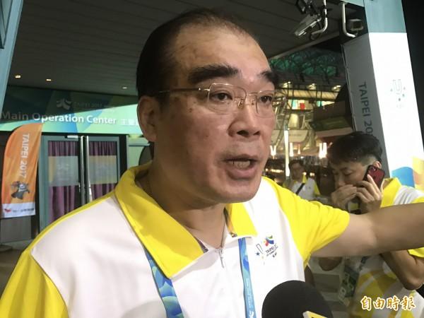 反年改人士在世大運開幕會場外丟擲藍色「煙幕彈」,台北市警察局長邱豐光還稱「沒有這個事情。」卻遭警方稍晚間發出的新聞稿打臉。(記者郭安家攝)
