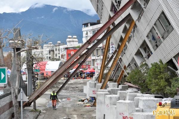 林信昌帶領6位自願者前往現場,共架設11支鋼樑,每支有1.5噸的支撐力,透過監測顯示,的確有立即性穩住受災建物不再繼續傾倒的功效。(資料照)