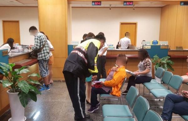 警方接獲行員通報趕往銀行勸阻游婦,保住40萬養老金。記者許國楨翻攝
