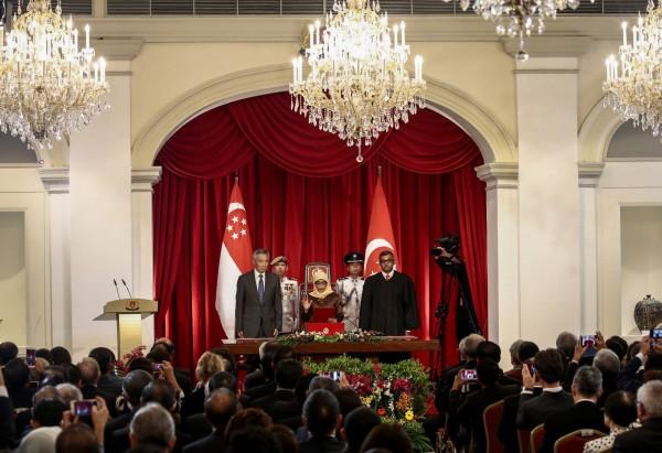 哈莉瑪在新加坡總理李顯龍、首席大法官梅達順(Sundaresh Menon)陪伴下,在總統府宣誓就職。(歐新社)