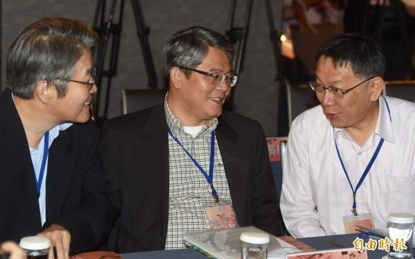 台北市長柯文哲(右)23日出席「居住正義論壇Ⅵ-都市環境與容積移轉」致詞,與內政部次長花敬群(中)、經濟部水利署副署長曹華平(左)交談。(記者簡榮豐攝)