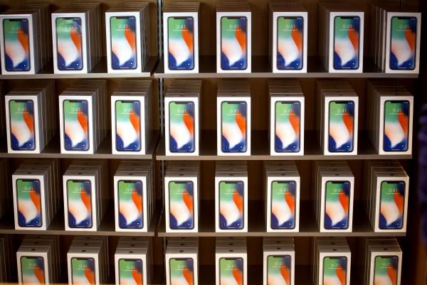 《The Verge》指出,iPhone X的FaceID系統將很快會競爭對手模仿,機器學習將成未來手機發展的關鍵。(資料照,彭博)