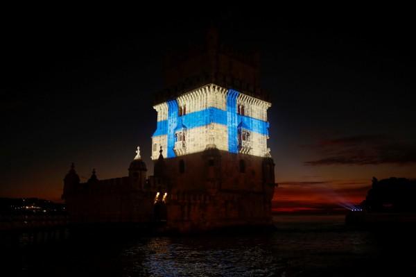 葡萄牙里斯本的貝倫塔,在牆面照出藍光,牆面變成芬蘭國旗。(路透)