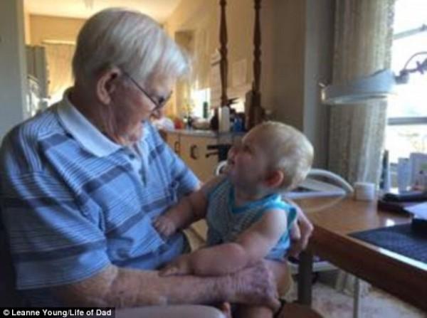 祖父與孫子的照片也具有同樣感人氛圍。(圖擷取自英國《每日郵報》)