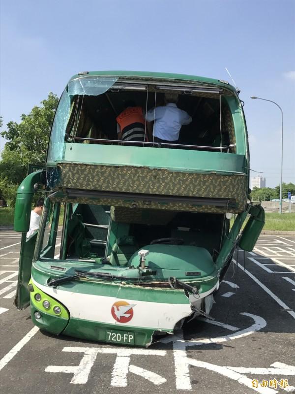 檢察官、公路總局勘驗發生車禍的阿羅哈客運車。(記者洪臣宏攝)