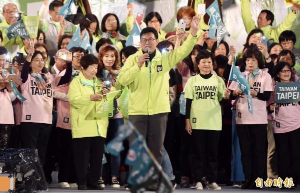 台北市長候選人姚文智今晚在台北市政府前廣場舉辦選前之夜造勢活動,晚間8點52分左右,活動主持人吳思瑤宣布現場湧入超過4萬人。(記者簡榮豐攝)