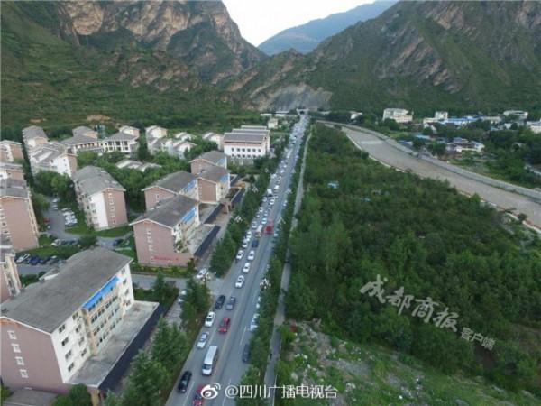 地震過後,上午從空中俯瞰九寨溝縣城。(圖擷取自微博)
