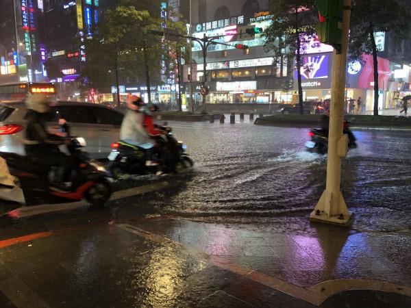 氣象局在晚間7點45分,針對全台8縣市發布大雨、豪雨、大豪雨特報。圖為忠孝東路神旺飯店前淹水情形。(民眾提供)