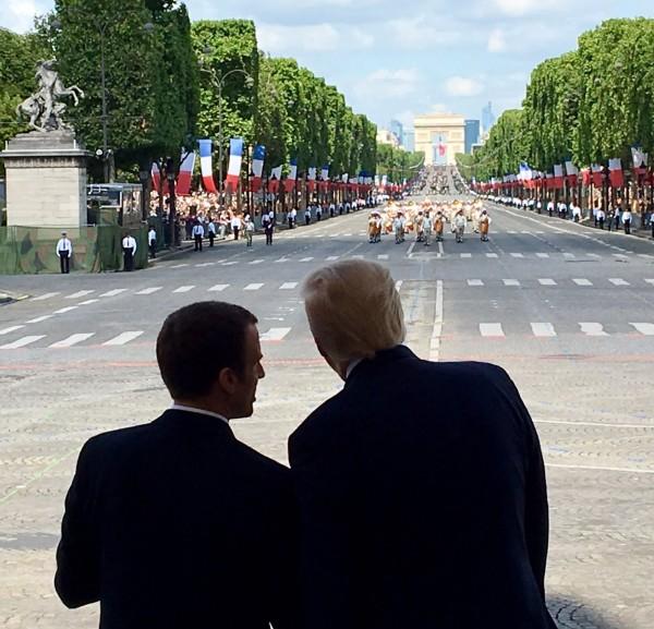 川普與馬克宏一同參加典禮。(圖取自推特)