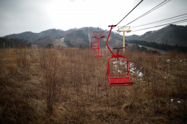 滑雪纜車停在空中。(路透)