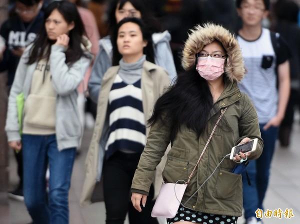 今晚明晨為首波大陸冷氣團影響台灣期間溫度最低的時候,請民眾多加注意保暖。(資料照,記者廖振輝攝)