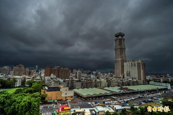 氣象局指出,明天隨著西南風加強,各地雨勢將越晚越強,要留意有局部大雨、豪雨,甚至豪雨以上的強降雨。(資料照,記者張忠義攝)