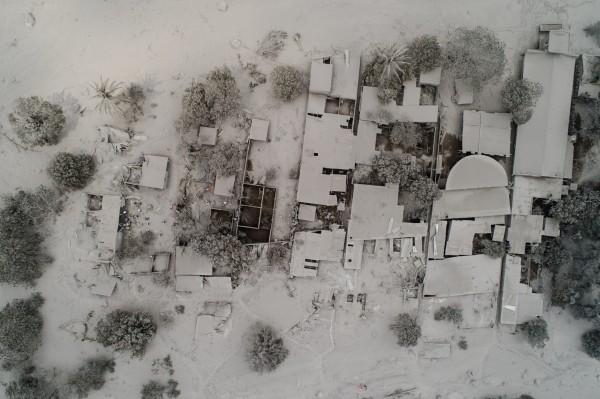 災區火山灰堆積至屋頂,甚至有整棟房屋完全遭火山灰掩蓋,當局表示目前恐還有192人失蹤。(美聯社)