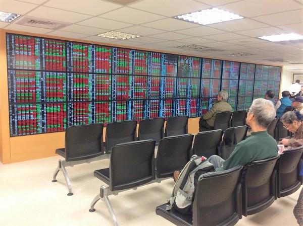 台股小漲開出,指數朝5日線靠攏。(資料照)