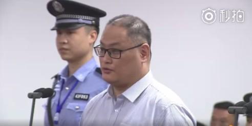 李明哲在中國湖南省岳陽市中級人民法院審理庭上認罪。(圖擷取自秒拍)
