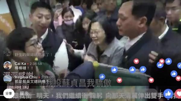 蔡英文總統也擠在人群迎接蘇貞昌謝票車隊,一度也出現在蘇貞昌臉書直播畫面上。(截圖自蘇貞昌直播畫面)