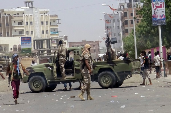 葉門南部城市亞丁(Aden)發生自殺炸彈攻擊,而最新消息指出,恐怖組織「伊斯蘭國」(IS)已經宣稱犯案。(路透)
