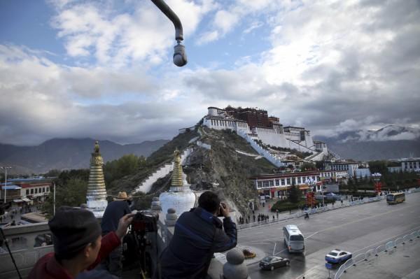 為了反制中國當局禁止美國人在內的外國人進入西藏地區,美國國會計畫通過《西藏旅行對等法》,目的是針對執行「隔離政策」的中國官員,未來也將被美國當局限制入境。圖中遠處為西藏的布達拉宮。(美聯社)