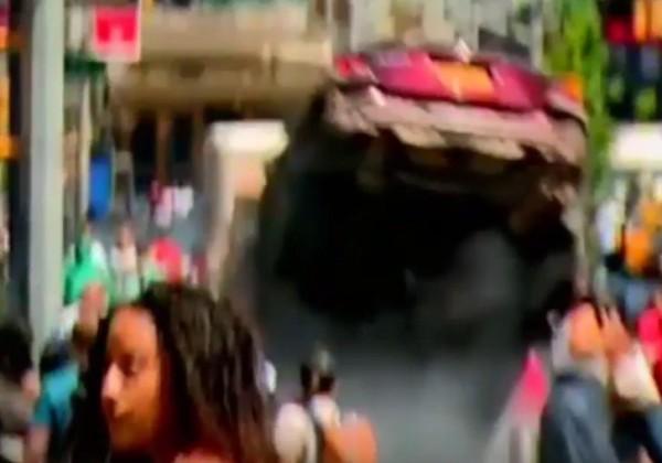 肇事車輛衝撞一根柱子後,卡在45街與百老匯交叉路口。(取自YouTube)