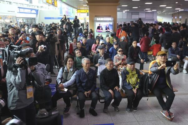 南韓大批民眾都守在電視螢幕前,關注文金會的發展。(美聯社)