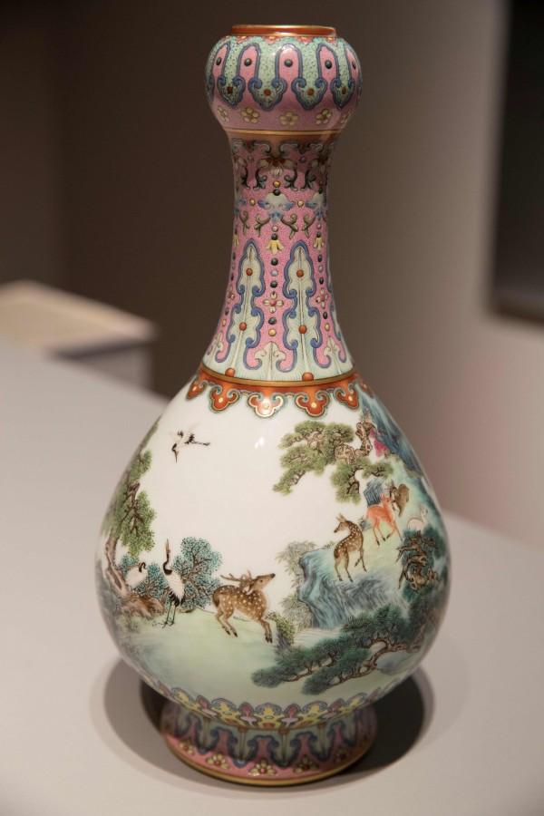 1個高約30公分,瓶身上詳細繪出了鹿、鶴,與田園風景的古董花瓶,日前被鑑定為清乾隆時期的古物,當時預估至少能以50萬歐元(約新台幣1760萬元)賣出。(法新社)