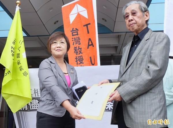 民進黨副秘書長徐佳青(左)接下陳情書,並表示將盡全力讓促轉條例早日通過。(記者朱沛雄攝)