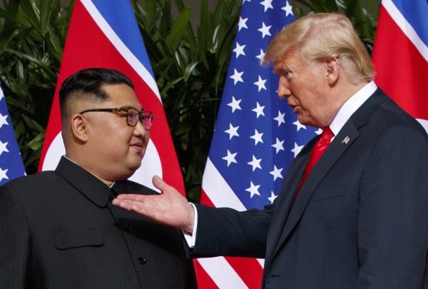 日本政府今(13)日公開對於川金會發表評論,讚揚美國總統川普(右)與北韓領導人金正恩(左)透過簽署聯合聲明,確定朝鮮半島無核化的目標。(美聯社)