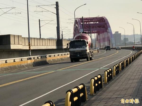 新竹縣政府基於結構安全考量,公告全日禁行20噸以上大貨車,但民眾抱怨,屢見大型貨車違規照闖興隆大橋。(記者廖雪茹攝)