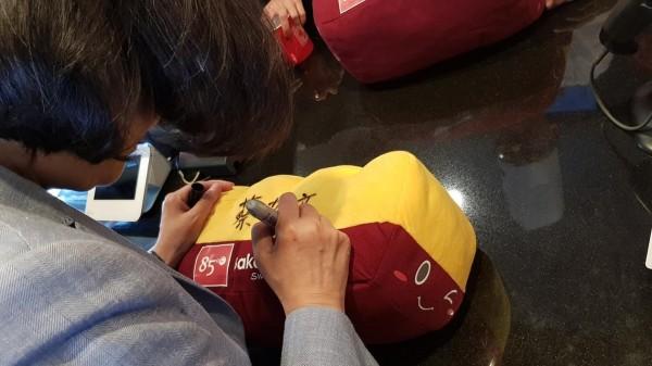 蔡英文幫抱枕簽名。(圖擷自立委蔡適應臉書)