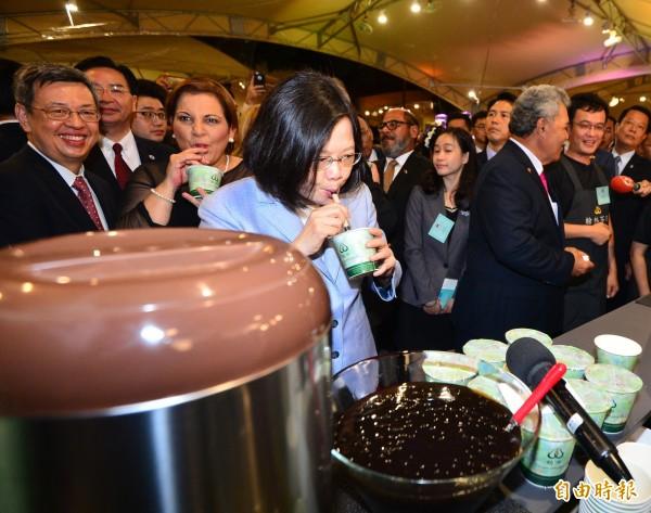 總統蔡英文(圖中)陪同吐瓦魯總理索本嘉等外賓參加106年國慶酒會,並品嚐台灣夜市美食。(記者王藝菘攝)