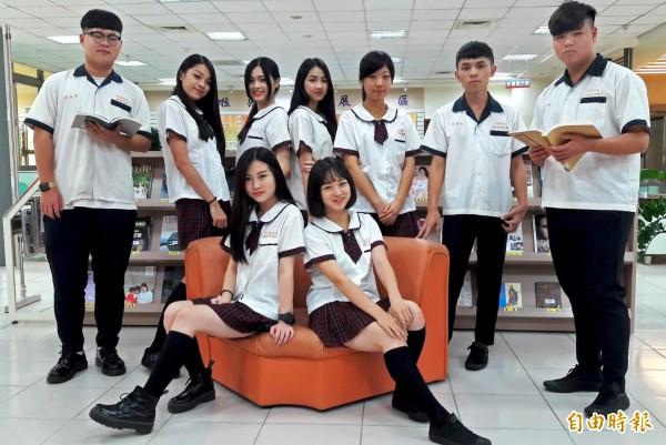 新竹市私立光復中學制服由學生自行設計票選,學生自豪好看。(記者洪美秀攝)